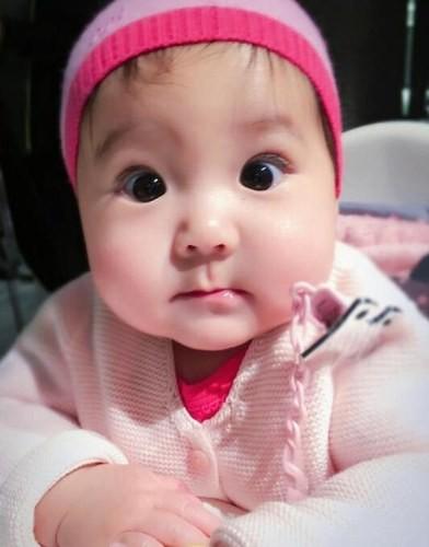 肉嘟嘟的小圆脸超可爱,像一个粉萌粉萌哒的小公主!
